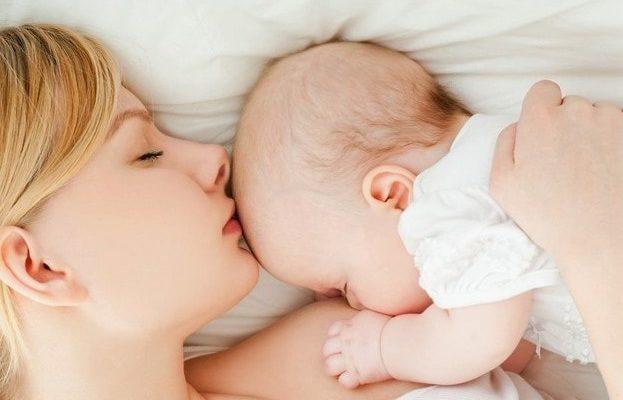 зручні пози для годування грудьми