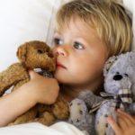 Дитина погано спить вдень чи вночі: причини та допомога