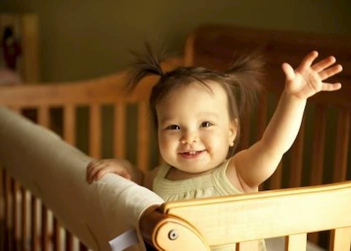 Як привчити дитину до ліжечка та коли починати